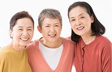 素材辞典 〈シニアのあるあるポージング集(切り抜きパス付き) - 身体で見せる老化の表現〉【中年女性の友人】