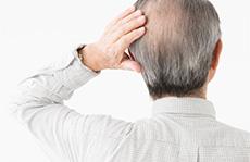素材辞典 〈シニアのあるあるポージング集(切り抜きパス付き) - 身体で見せる老化の表現〉【抜け毛の悩み】