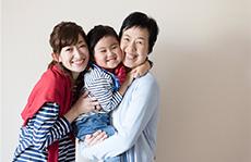 素材辞典 〈シニア夫婦の家族とのひと時編 - 笑顔のたえない日常〉【孫とのふれあい】