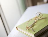 素材辞典 本とメガネ
