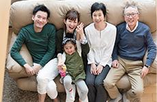 素材辞典 〈シニア夫婦の家族とのひと時編 - 笑顔のたえない日常〉【三世代家族】